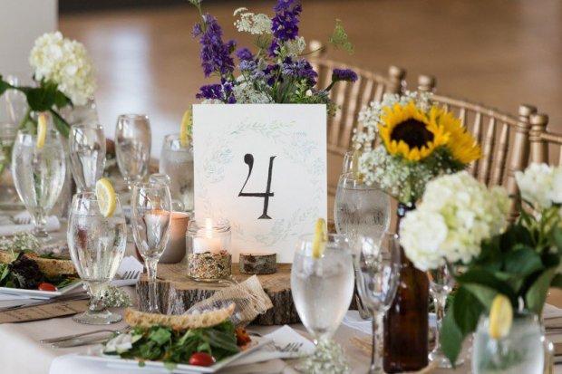 fleur-tournesol-déco-table-mariage-petits-bouquets-tournesols-hortensias