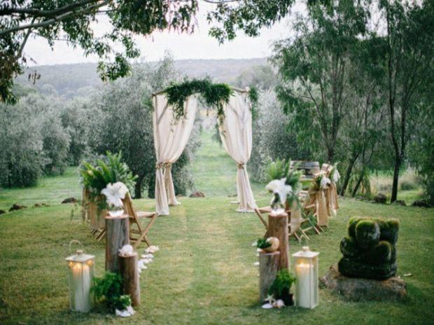 deco-mariage-champetre-autel-mariage-voiles-blancs-feuilles-lanternes-fleurs.jpg