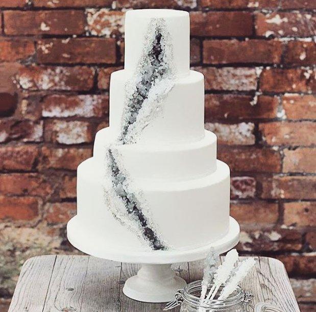 amethyst-geode-wedding-cake-trend-10-57833e1daf92f__700.jpg